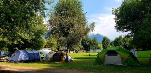 Emplacements tentes avec vue sur les montagnes